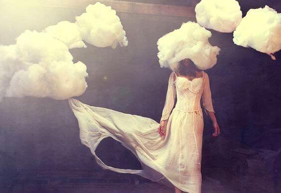 kafası bulutlarda yürümek