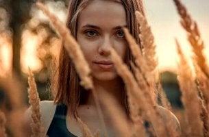 buğday tarlasındaki kız