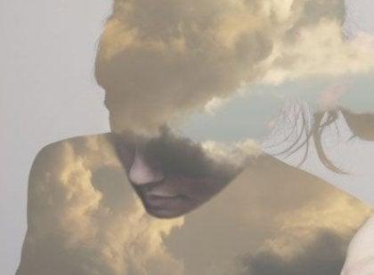 siluet kadının içinden geçen bulutlar