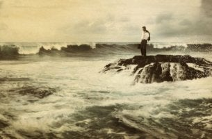 denizin ortasındaki adam
