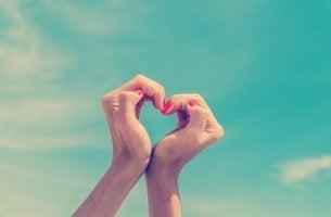 elleri ile kalp işareti yapan kadın