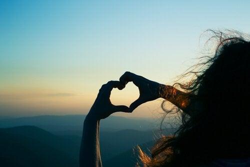 iki eliyle kalp yapan kız