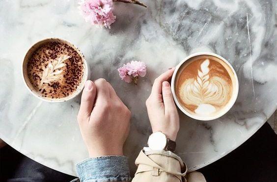 iki kahve masa pembe çiçekler