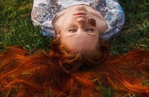 kırmızı saçlı kadın yere uzanmış