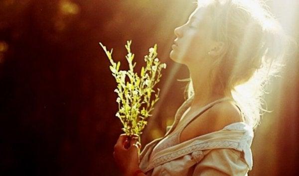 kadın çiçek gün ışığı