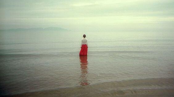 sığ suda duran kadın