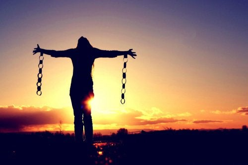 Zincirlerini koparmış özgür kadın