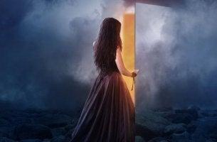 bulutlar kadın kapının önünde
