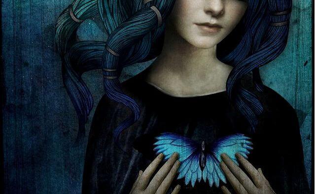 kalbinde kelebek motifi taşıyan kadın