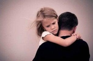 kız baba sarılan mutsuz