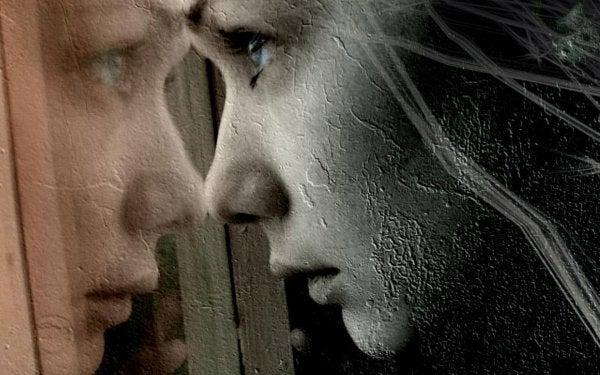 camdan bakan kuru kız