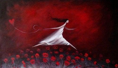 gelincik tarlasında kalp balonuyla koşan beyazlı kadın