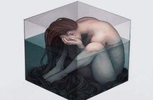 küpün içinde sıkışıp kalmış kadın