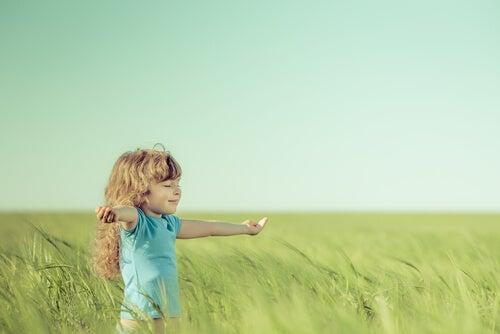 tarlada küçük kız