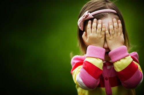 gözleri kapalı küçük kız