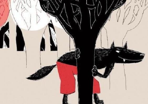 Ağacın arkasında sinsi sinsi saklanan tilki