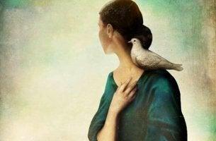 omuzunda güvercin olan kadın