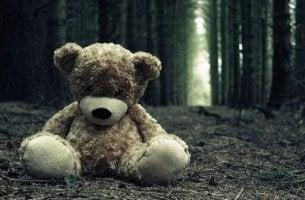 Oyuncak ayı ormanda tek başına