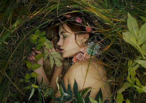 ormanda uyuyan kadın