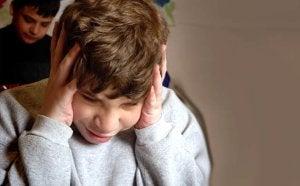 başını tutan stresli çocuk