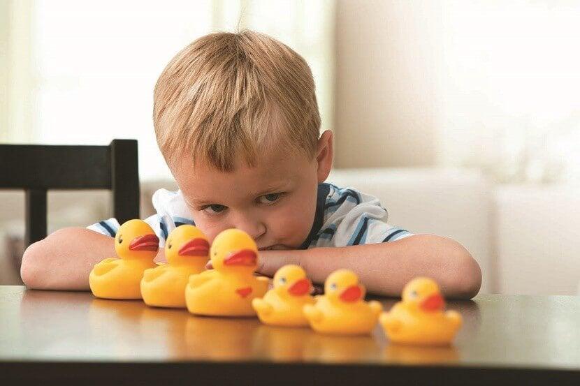 ördekle oynayan otizmli çocuk
