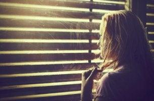 pencereden bakan kadın