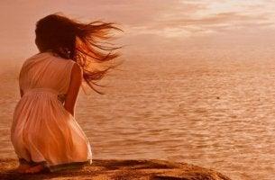 deniz kıyısında oturan kadın