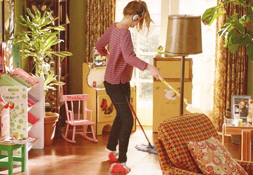 her uzvu ile evini temizleyen kadın
