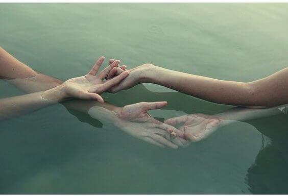 suyun üstünde el ele tutuşma