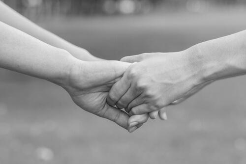 birbirini saran bir çift el