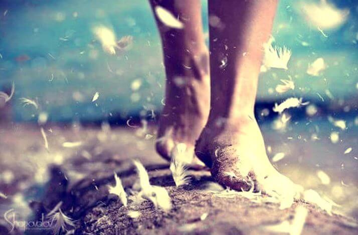 çıplak ayakla tüylerde yürümek