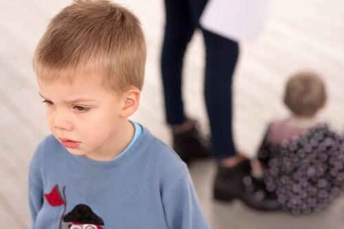 annesine sırtını dönmüş ağlayan çocuk