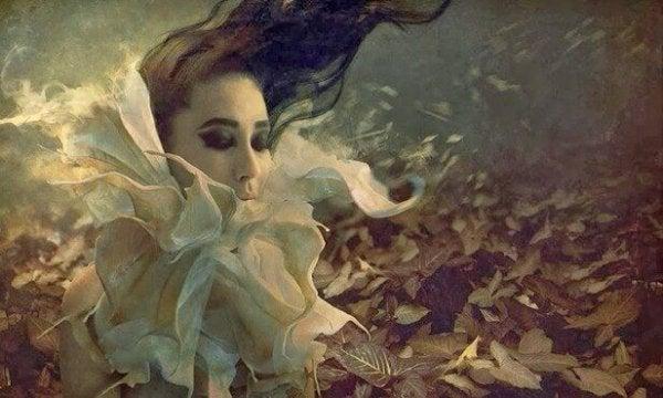 kurumuş yapraklar ve kadın