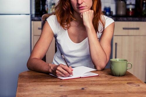 yazı yazan düşünceli kadın
