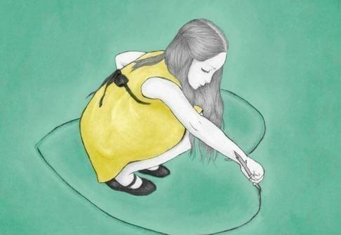 Çubukla yere kalp çizen kadın
