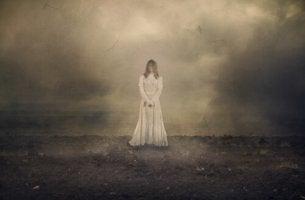 beyaz elbise giymis gizemli kadin