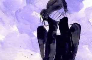 endişe ile yüzünü kapayan kadın