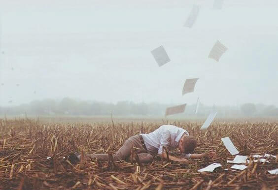 yerde yatan adam ve uçuşan kağıtlar