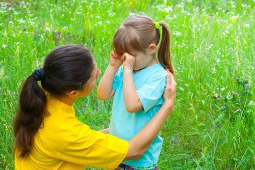 ağlayan çocuk ve teselli eden yetişkin