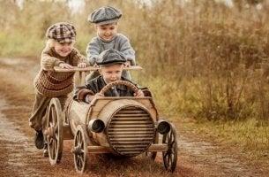 arabayla oynayan 3 çocuk