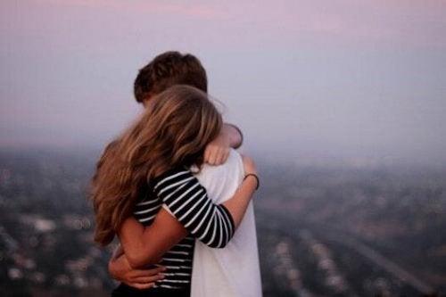 birbirine sarılan aşık çift
