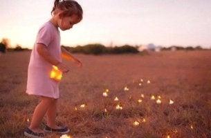ateş böceği toplayan kız