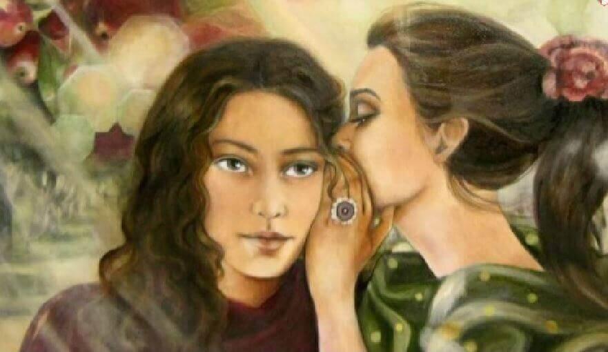 birbirlerinin kulağına fısıldayan iki kadın
