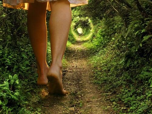 doğada yalınayak yürüyüş