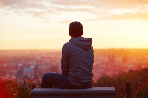 çatıda gün batımını izleyen adam