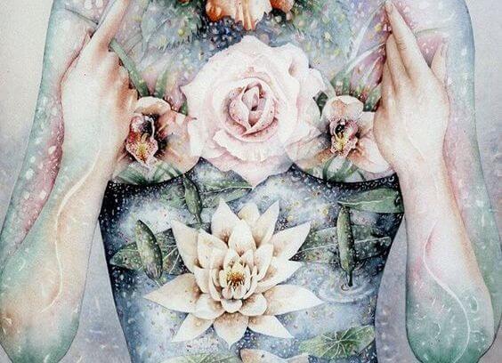 çiçeklerle bezenmiş vücut