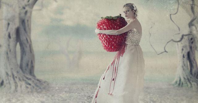 beyaz elbiseli kadın ve dev çilek