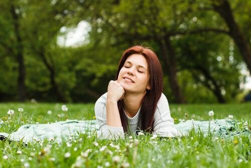 çimenlikte uzanan kadın