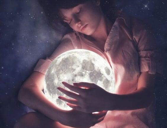 ay ile uyuyan çocuk