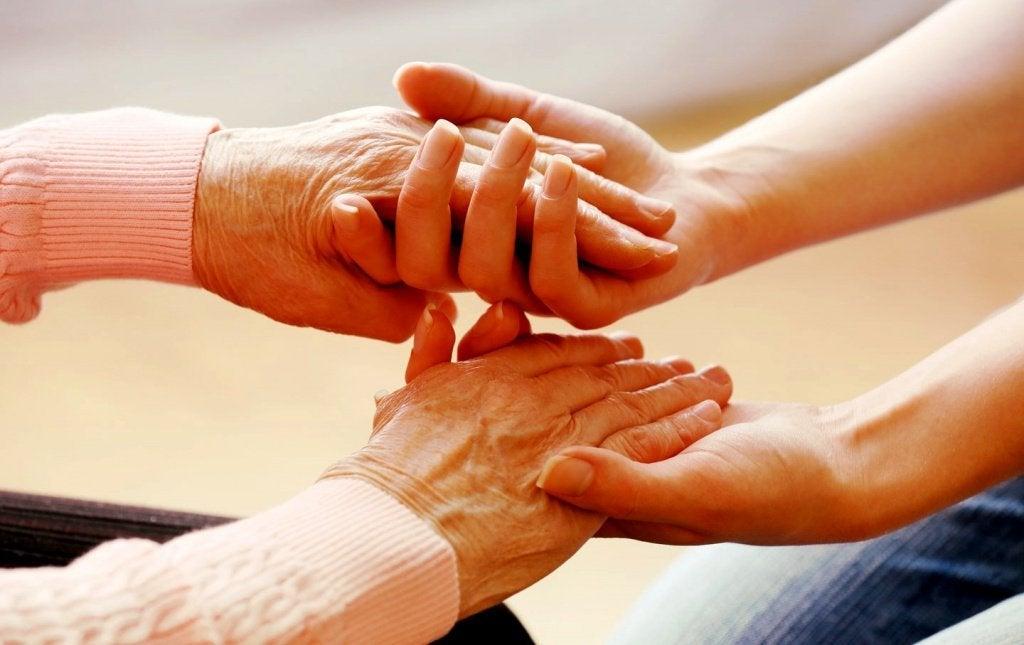 genç eller yaşlı elleri tutuyor